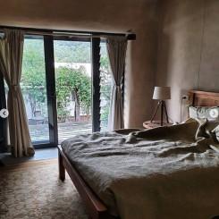 Little Monkerai Airbnb: Empty queen room